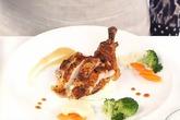 Trình bày món gà nướng và khoai tây nghiền kiểu Pháp
